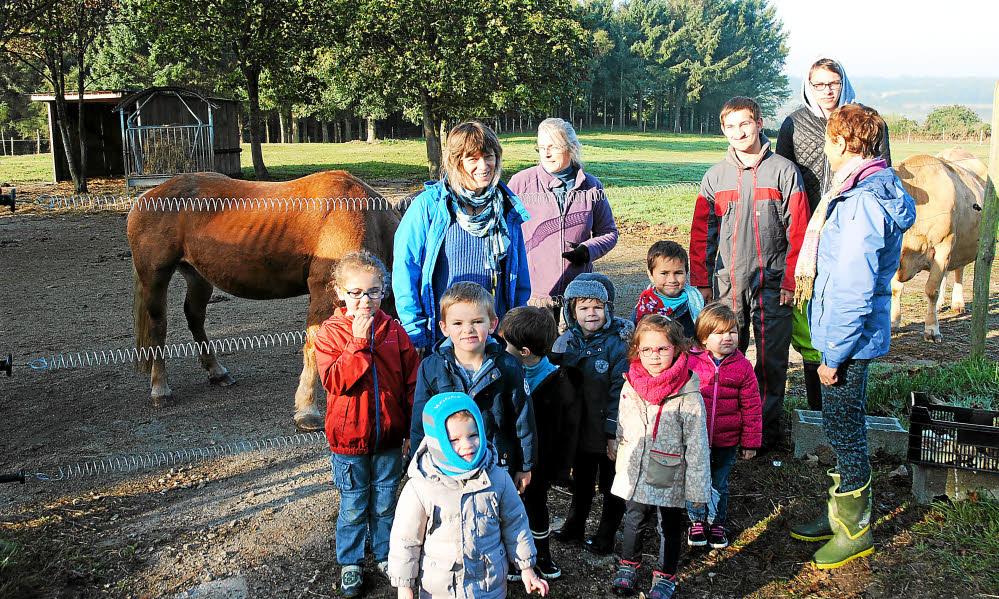 Les élèves de la classe bilingue de Martine Lahellec ( derrière à gauche ) ont découvert en breton l'enclos des chevaux Alizon, Blanchette et Arzur, des ânes Fanchic, Idéfix, Glazig et Charly et de la Froment du Léon Violette en compagnie de Laurence Kerbiriou, responsable de la ferme pédagogique ( derrière, 2ème à gauche ), de Kevin et Killian et d'une accompagnatrice.